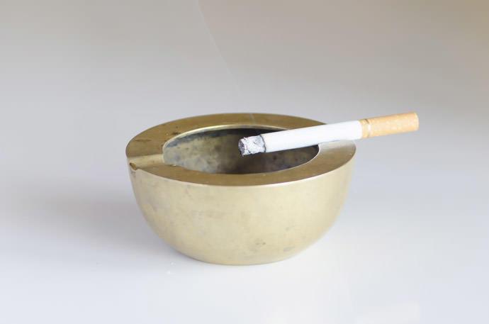 賃貸の⽅必⾒!壁紙についたタバコのヤニをキレイさっぱり落とす⽅法