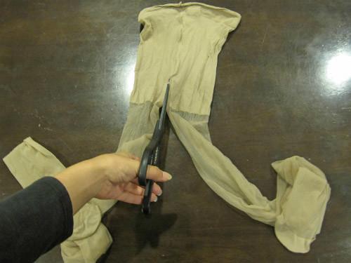 まずはストッキングの股下をハサミで切っていきます。