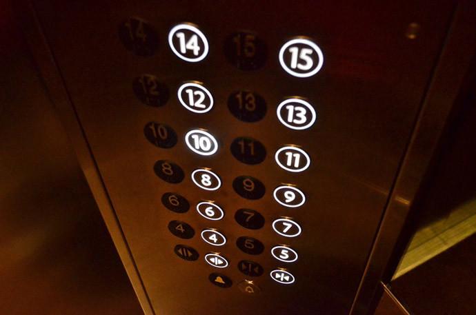 満員電車に乗りこむ究極のコツ(2)階段やエレベーター付近を避ける