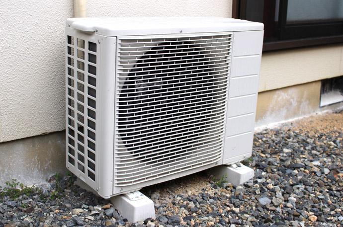 エアコンが壊れたときの直し方と掃除方法3.室外機をチェックする