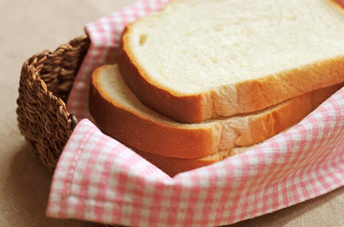 【もっちり柔らかい!】カチカチに固くなったパンを柔らかく復活させる方法
