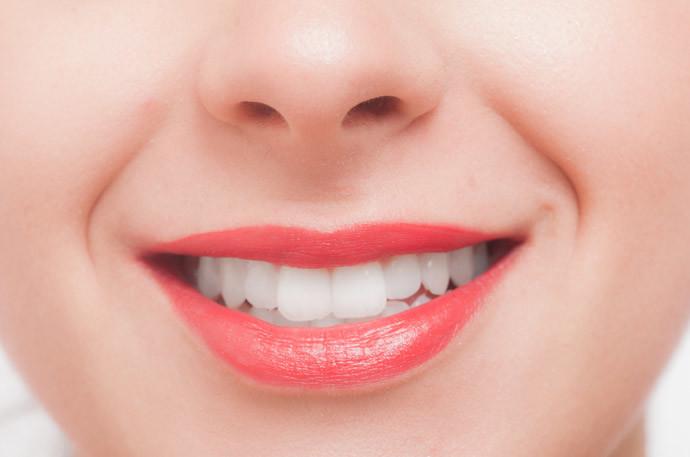 【ワイン好き、喫煙者必見】歯の黄ばみを市販の歯磨き粉で落とす方法