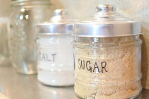 【生活の裏技】固まってしまった塩と砂糖を復活させる方法