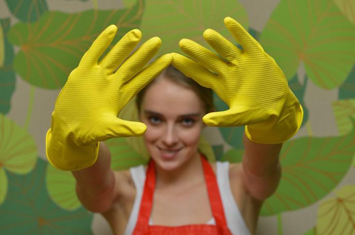ゴム手袋をする
