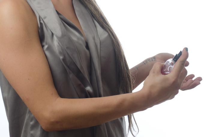 香水をつけ過ぎた時の対処法1.手くびにつけすぎた場合は石鹸で洗う